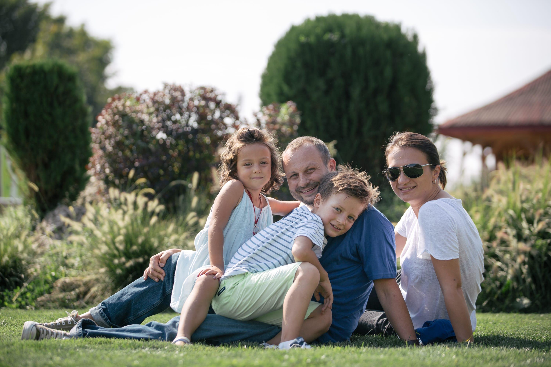 Familie fericită pe gazon