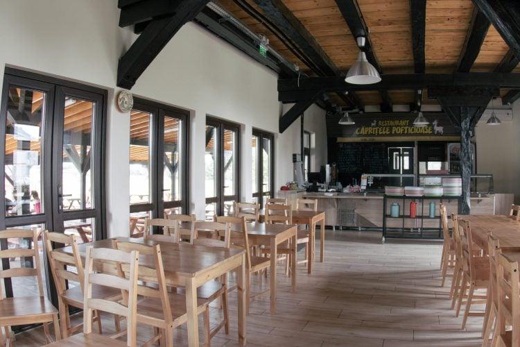 Sală de mese și zonă de servire