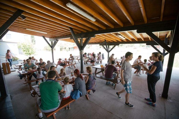 Terasă cu mese și oameni