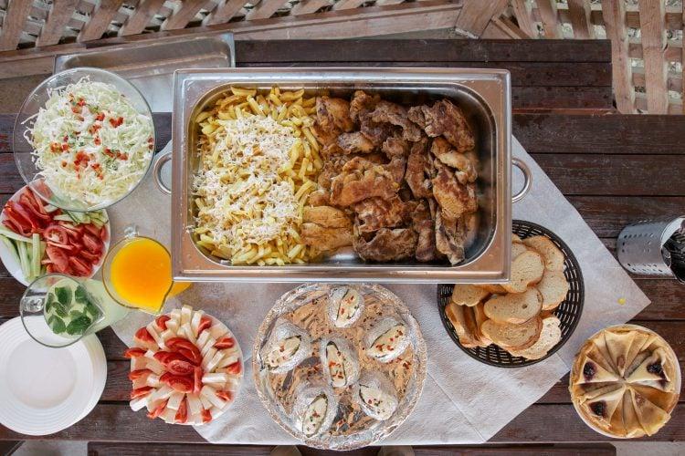 Mâncare pregatită pentru petrecere