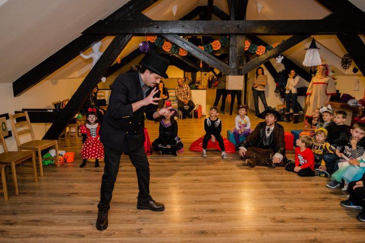 Poveste de teatru la petrecere de copii
