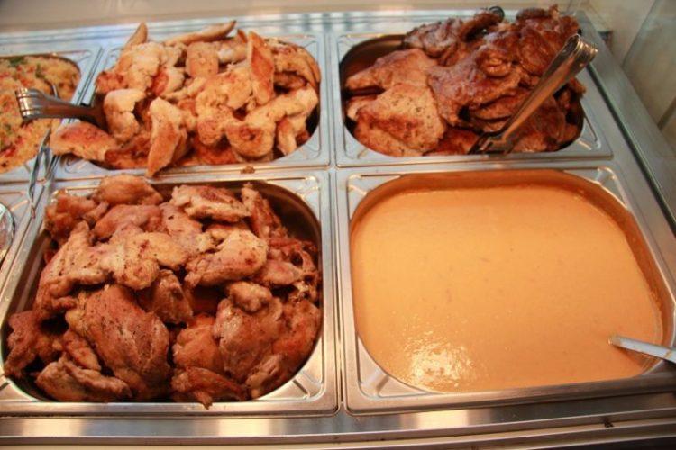 Supă cremaă și diferite feluri de carne la grătar