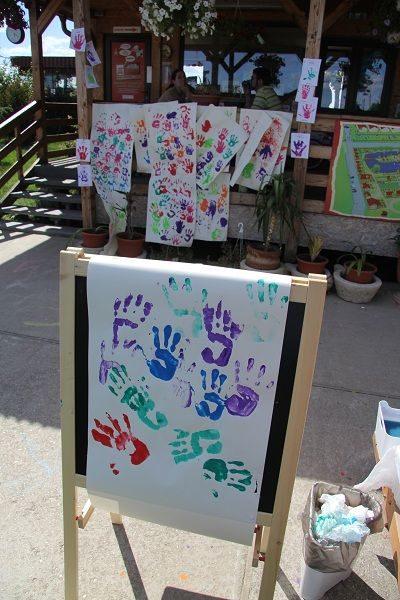 Foarte multe mânuțe colorate