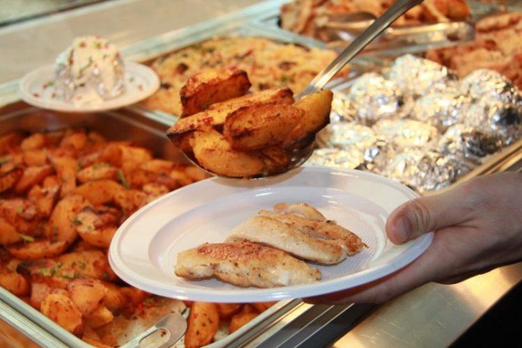 Farfurie cu piept de pui și cartofi la cuptor