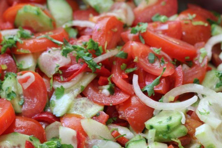 Salată de vară cu roșii, castraveți, ardei, ceapă